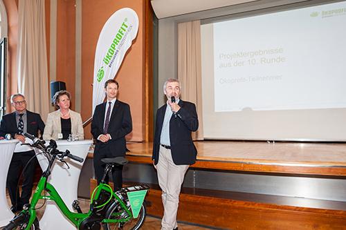 Präsentation des E-Bikes durch Heimleiter Hans-Joachim Schmidt