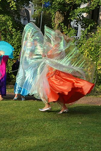 Eine Darbietung während eines Sommerfestes