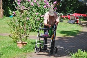 Bewohnr Gartenarbeit NP Frontal